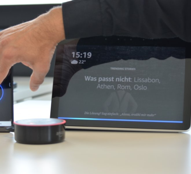 Smartphone_EchoDot_Echo_Show-WithHand